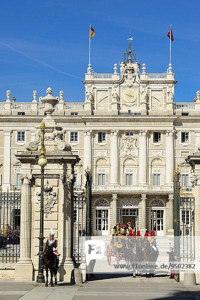 Abfahrt der Kutsche  Botschafter zur Audienz bei König Felipe VI. im Palacio Real  Madrid  Spanien  Europa