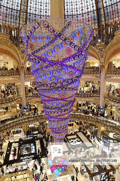 Innenraum  Kuppel und umgedrehter Weihnachtsbaum  Galeries Lafayette  Paris  Île-de-France  Frankreich  Europa