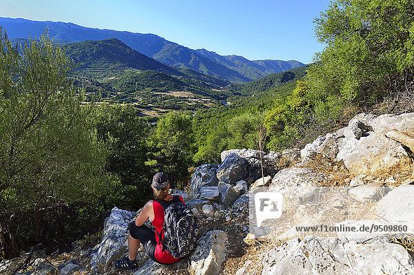 Touristin bei einer Wanderung auf einem alten Köhlerpfad  Gennargentu-Nationalpark  Supramonte  Provinz Nuoro  Sardinien  Italien  Europa