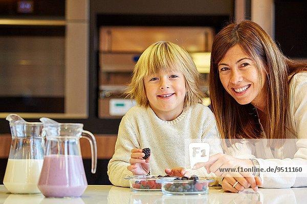 Sohn Gesundheit Küche Produktion Wachstum Beerenobst essen essend isst Mutter - Mensch