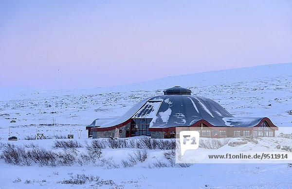 Geschlossenes Besucherzentrum am Polarkreis im Winter  Abenddämmerung  Saltfjell  Norwegen  Europa