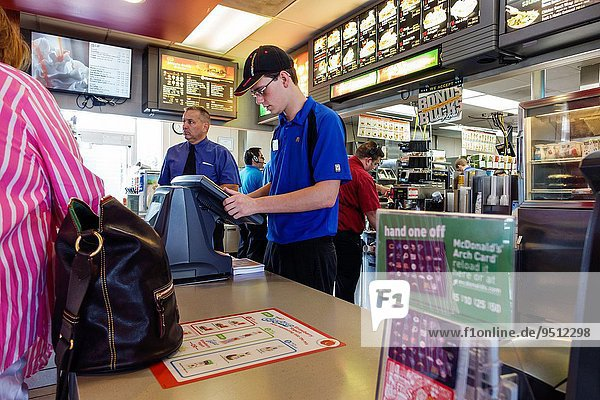 Fast Food takeaway junk Mann Angestellter arbeiten Beruf Restaurant Kassierer Hamburger Tresen Illinois Ordnung
