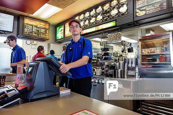 Fast Food takeaway junk Mann Angestellter arbeiten Beruf Restaurant Kassierer Hamburger Tresen Illinois