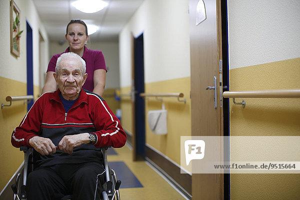 Senior  87 Jahre  Rollstuhl  Altenpflegerin  Altersheim