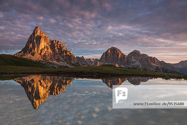Berg Gusela und Morgenrot spiegeln sich in kleinem See  Passo di Giau  Dolomiten  Venetien  Italien  Europa