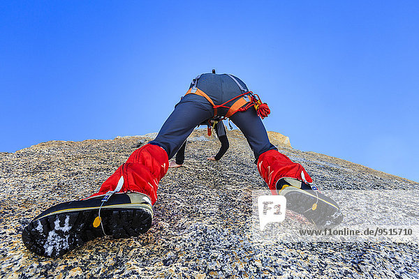 Bergsteiger klettert an einer Felswand unterhalb des Gipfels  Petite Fourche  Hochtour  Alpen  Wallis  Schweiz  Europa