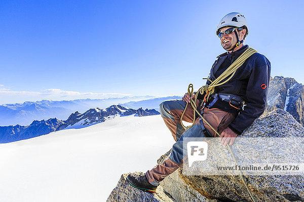 Bergsteiger auf dem Nordost-Grat des Tête Blanche  Mont-Blanc-Massiv  Alpen  Wallis  Schweiz  Europa