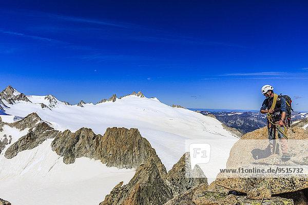 Bergsteiger am Gipfel des Le Portalet  Mont-Blanc-Massiv  Alpen  Wallis  Schweiz  Europa