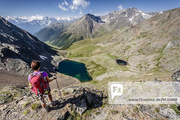Bergsteiger beim Aufstieg auf den Kortscher Schafsberg in Schnals  hier am Taschljöchl  unten der Kortscher See und das Schlandrauntal  Schnalstal  Meraner Land  Meran und Umgebung  Südtirol  Trentino-Südtirol  Italien  Europa