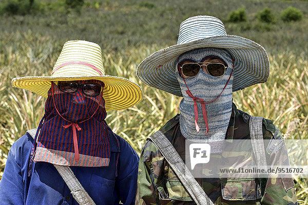 Frau und Mann mit Sonnenschutzkleidung  Hua Hin  Thailand  Asien