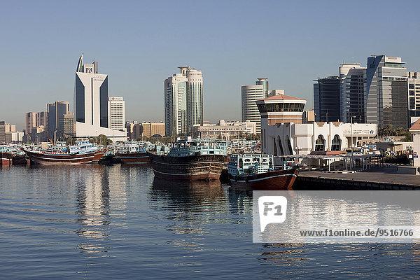 Dhow-Hafen und Hochhäuser am Creek  Dubai  Emirat Dubai  Vereinigte Arabische Emirate  Asien