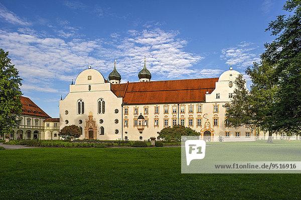 Basilika St. Benedikt  Klosterpforte  Klosterhof  Benediktinerabtei Kloster ?Benediktbeuern?  ?Benediktbeuern?  Oberbayern  Bayern  Deutschland  Europa