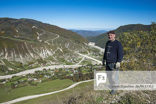 Alter tschetschenischer Mann auf einem Aussichtspunkt in den tschetschenischen Bergen  Tschetschenien  Kaukasus  Russland  Europa