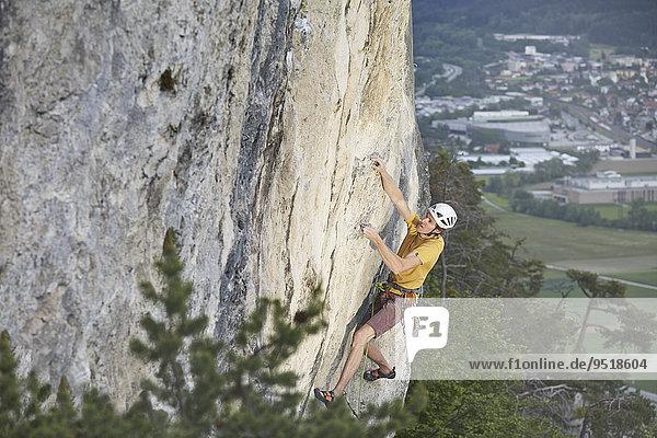 Freikletterer mit Helm klettert im Vorstieß an einer Felswand  Martinswand  Galerie  Innsbruck  Tirol  Österreich  Europa Freikletterer mit Helm klettert im Vorstieß an einer Felswand, Martinswand, Galerie, Innsbruck, Tirol, Österreich, Europa