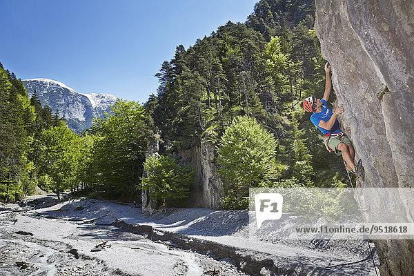 Sportkletterer mit Helm klettert eine Felswand  Ehnbachklamm  Zirl  tirol  Österreich  Europa