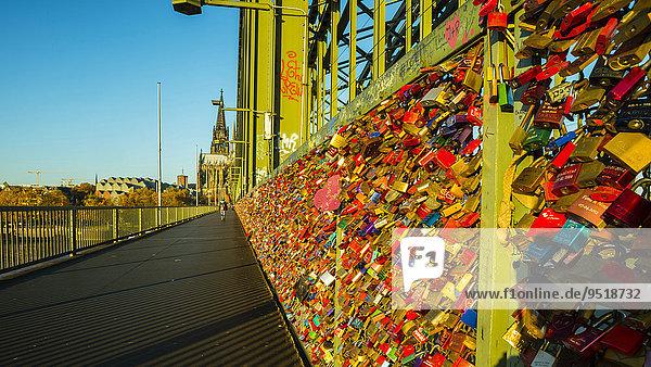 Liebesschlösser  Treuezeichen  Hohenzollernbrücke  Köln  Rheinland  Nordrhein-Westfalen  Deutschland  Europa