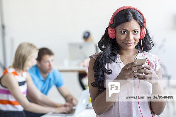 Handy Portrait Frau zuhören Musik Klassisches Konzert Klassik