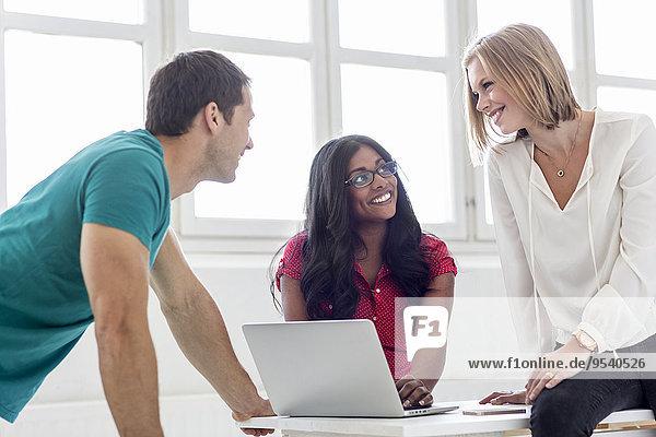 Mensch Menschen lächeln Büro jung