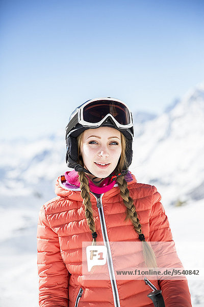 junge Frau junge Frauen sehen wegsehen Reise Kleidung Skianzug