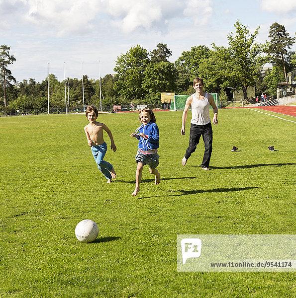 Menschlicher Vater Football spielen