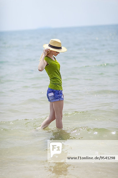 junge Frau junge Frauen gehen Meer