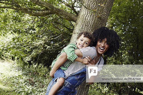 geben Sohn fahren huckepack Mutter - Mensch mitfahren