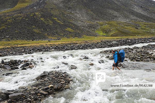überqueren Berg Fluss wandern