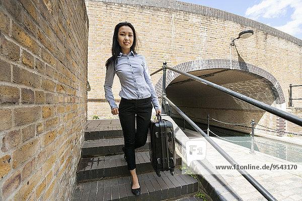 Stufe Portrait Geschäftsfrau gehen Gepäck jung Länge voll