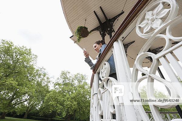 Handy niedrig junge Frau junge Frauen benutzen Vordach Ansicht Flachwinkelansicht Winkel