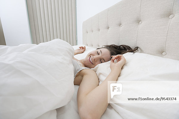 Frau lächeln Bett schlafen