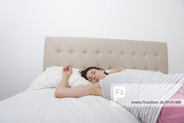 junge Frau junge Frauen Bett schlafen Gemütlichkeit