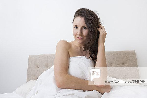 Portrait Frau bedecken Bett Bettwäsche Sinnlichkeit