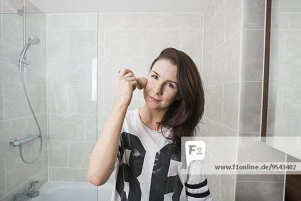 eincremen verteilen Portrait Frau Schönheit Badezimmer Schminke auftragen