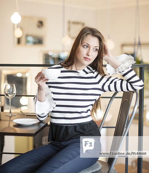 junge Frau junge Frauen sehen Cafe wegsehen Reise Kaffee Nachdenklichkeit