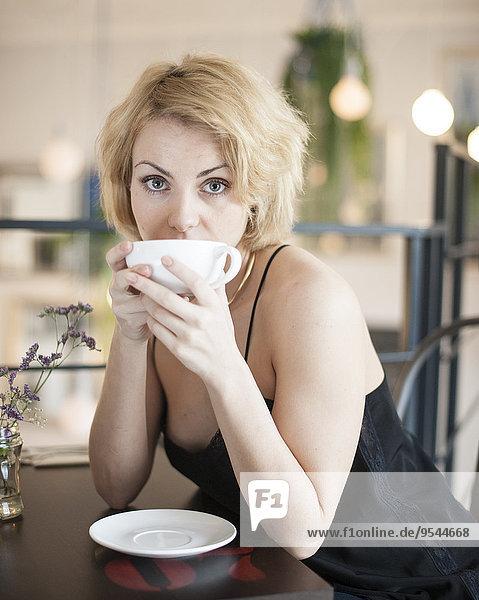 junge Frau junge Frauen Portrait Restaurant Kaffee Tisch