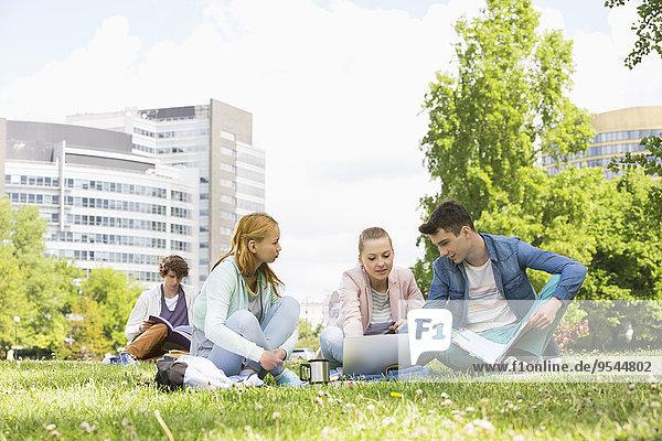 benutzen Freundschaft Notebook lernen Campus Hochschule