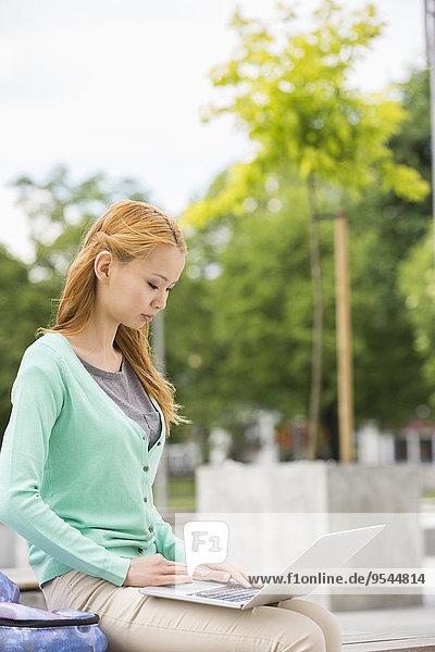 junge Frau junge Frauen benutzen Notebook Campus Hochschule