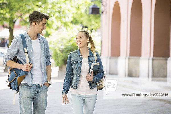 sprechen Freundschaft gehen jung Campus Hochschule