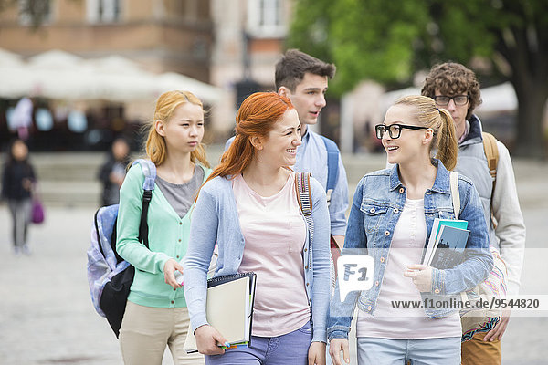 Außenaufnahme Freundschaft gehen Hochschule freie Natur