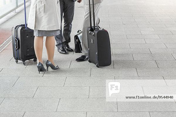 niedrig Anschnitt stehend Wirtschaftsperson Plattform Gepäck Zug