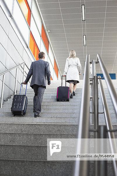 Wirtschaftsperson Gepäck Bewegung Rückansicht Ansicht Länge Obergeschoss Zug voll Haltestelle Haltepunkt Station