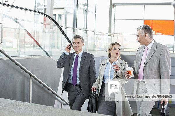 Stufe hoch oben Wirtschaftsperson gehen Haltestelle Haltepunkt Station Zug