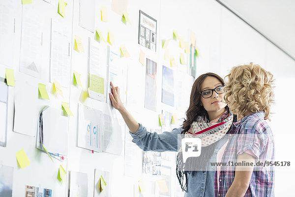 kleben Geschäftsfrau Diskussion Kreativität Papier Wand über Büro
