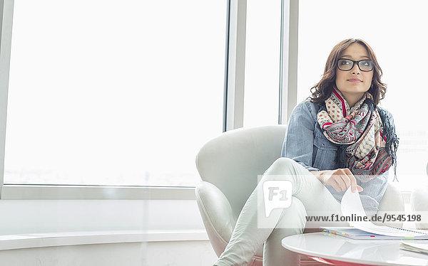 sitzend Geschäftsfrau Kreativität Büro Nachdenklichkeit Tisch