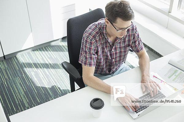 hoch oben benutzen Schreibtisch Notebook Geschäftsmann Kreativität Büro Ansicht Flachwinkelansicht Winkel