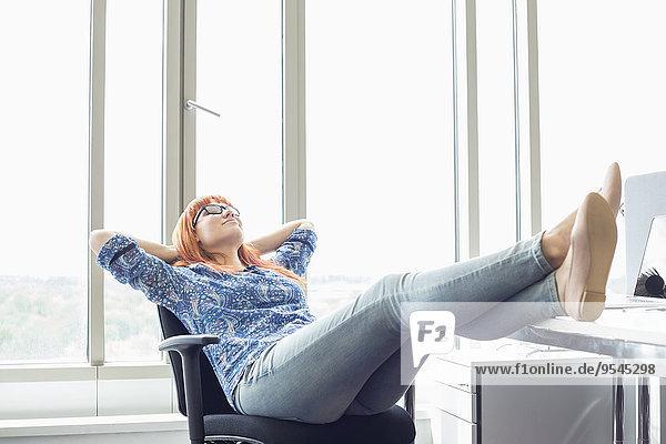 hoch oben Ganzansicht Geschäftsfrau Schreibtisch Kreativität Entspannung Büro