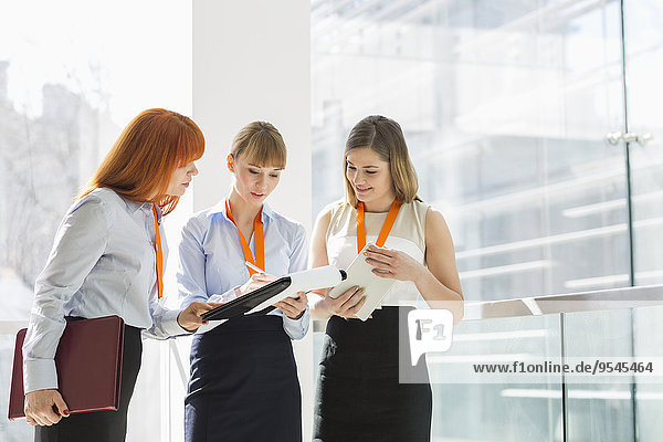 Geschäftsfrau Büro Geländer Schreibarbeit
