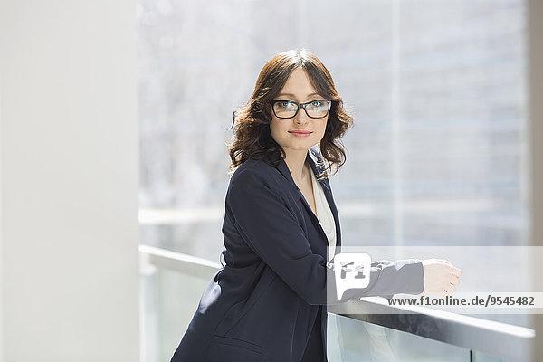 angelehnt Portrait Geschäftsfrau Büro jung Hoffnung Geländer
