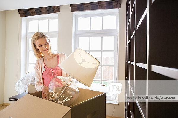 Frau entfernen entfernt Lampe Eigentumswohnung Pappe neues Zuhause