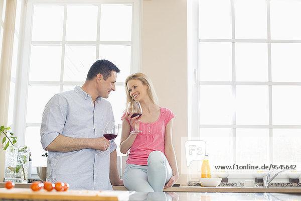 Fröhlichkeit sehen Küche Rotwein trinken